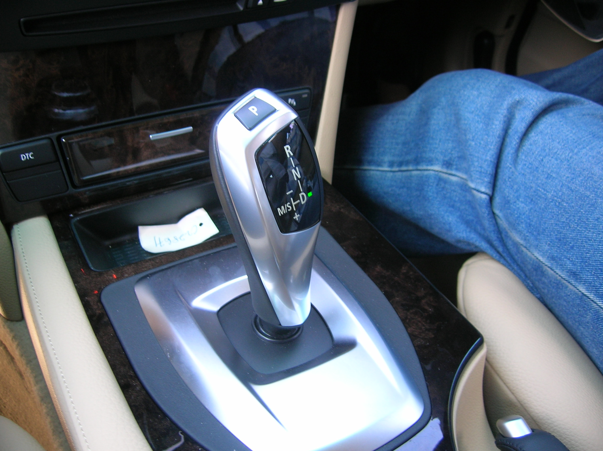 An example of good ergonomics, this gearstick is easy to grip, and intuitive to operate (once you get it)