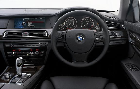 Dash looks simple, but features advanced black panel technology.