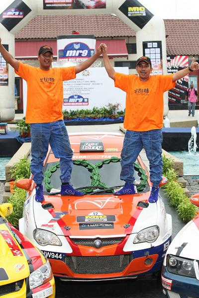 saladin-mazlan-and-arish-qutb-khan-from-felda-rally-team-celebrating-their-first-podium-finish-in-mrc09