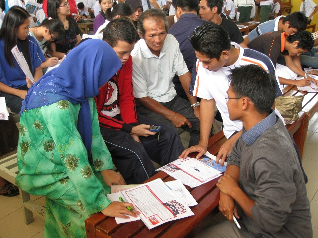 HDF 2009 road tour in Miri, providing hope for families to improve themselves economically through education